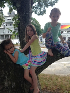 07-02-16-evelyn-and-girls-in-tree